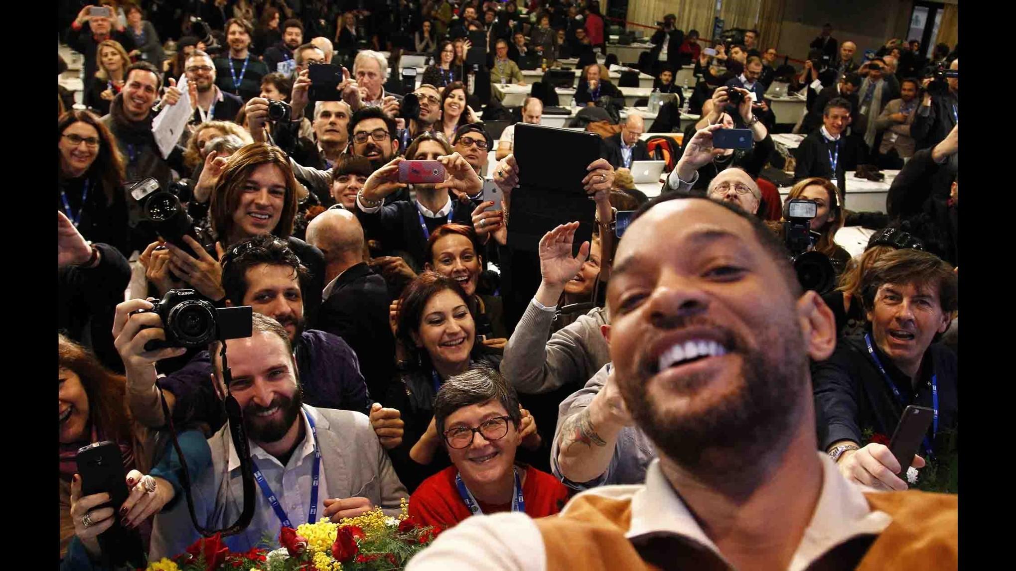 Sanremo, selfie di Will Smith al Festival: macchina foto è di LaPresse
