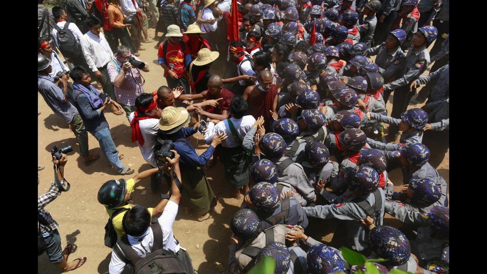 Birmania, polizia contro studenti a Letpadan: scontri, 100 fermati