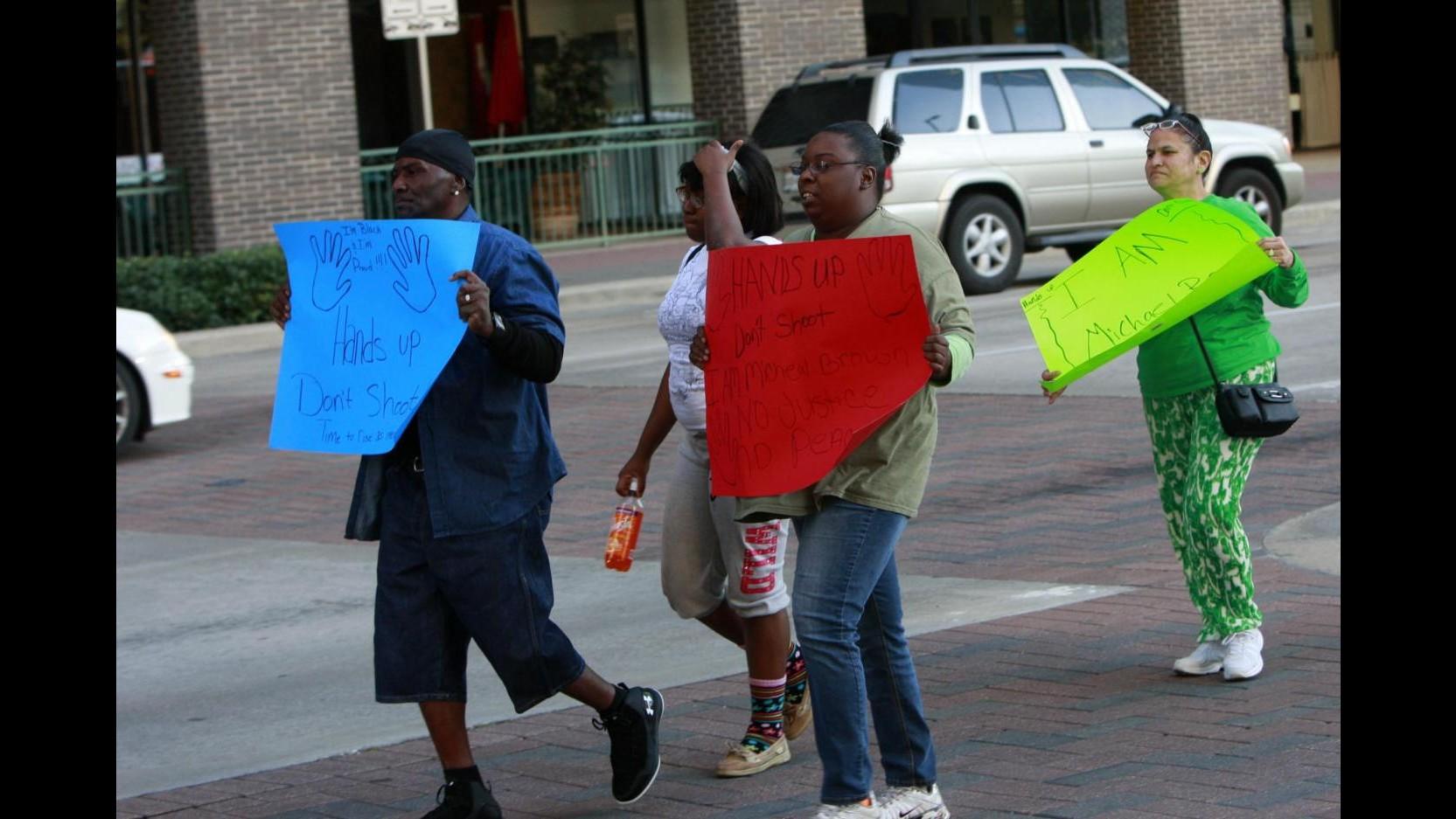 Usa, 19enne nero disarmato ucciso dalla polizia. Obama ricorda 50 anni marcia di Selma