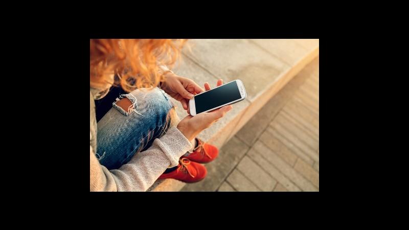 Donne e cellulari: non spendono cifre folli e preferiscono tradizione