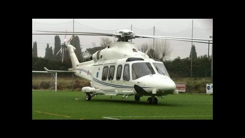 Atterraggio emergenza per elicottero di Renzi: il premier atterra in campo sportivo
