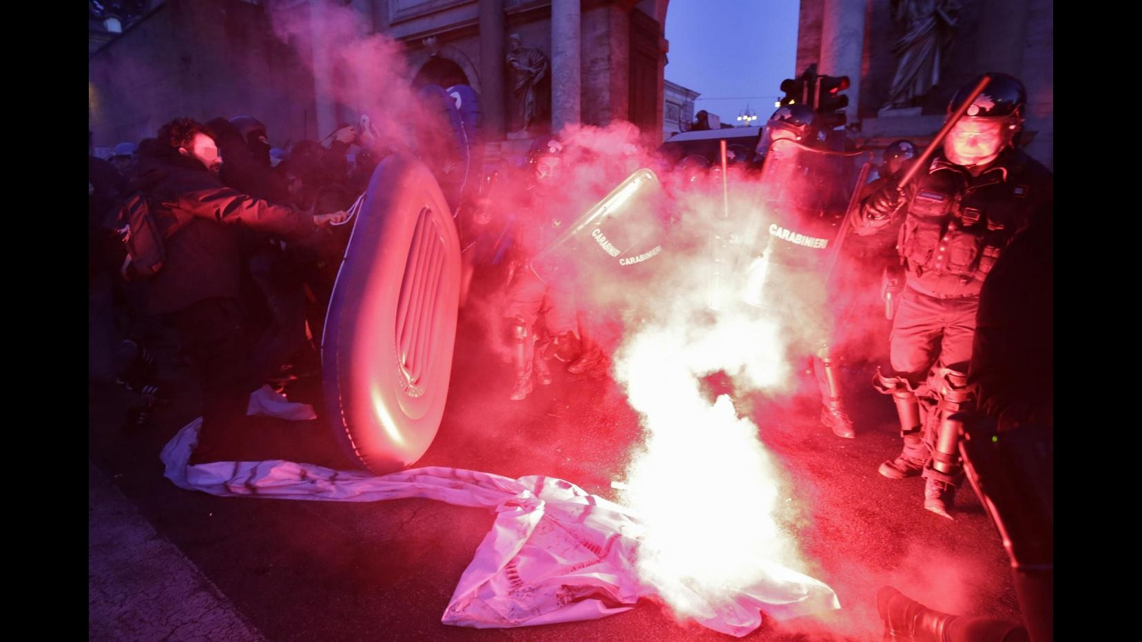Scontri a Roma fra polizia e manifestanti anti-Salvini: 5 fermi