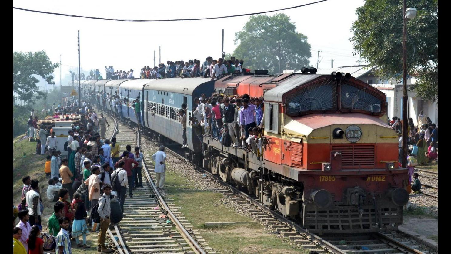 India, deraglia treno in Uttar Pradesh: almeno 30 morti, 150 feriti