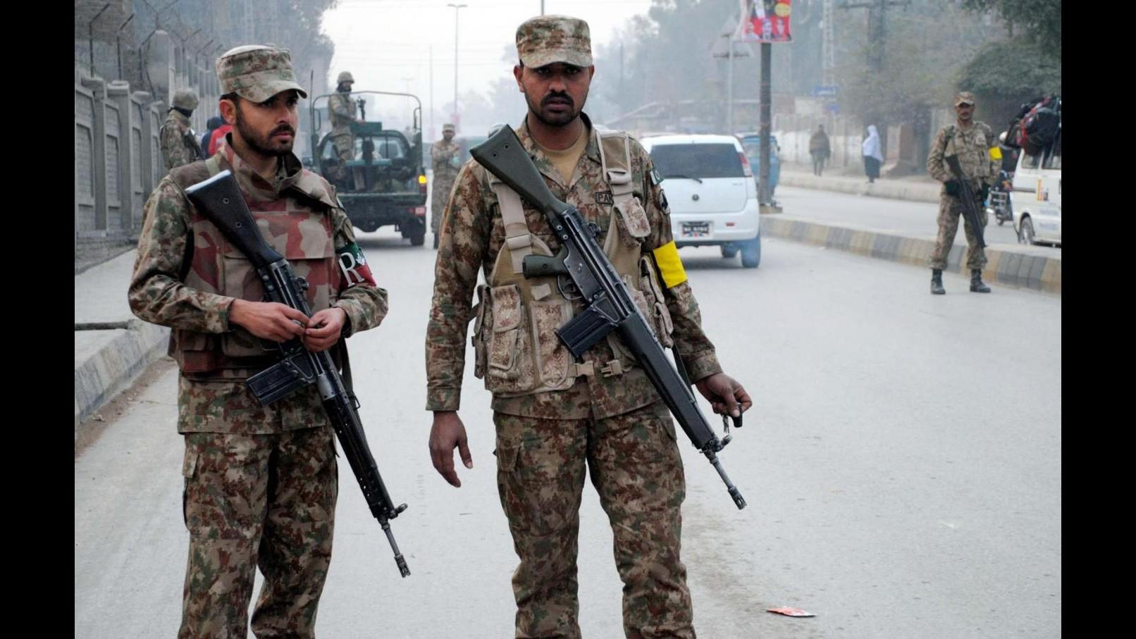 Pakistan, 2 uomini linciati da residenti a Lahore dopo esplosioni