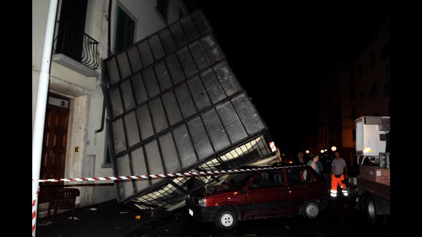 Violento nubifragio a Firenze: allagamenti, tetti scoperchiati e ferrovia bloccata