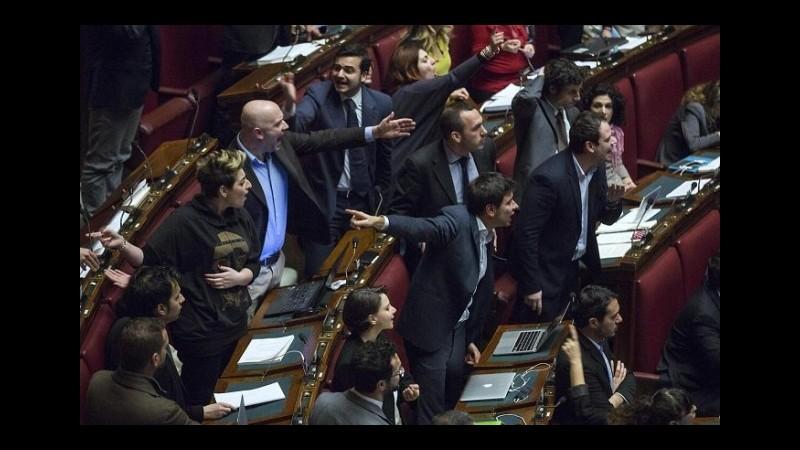 Camera, insulti e lancio di crisantemi: 3 deputati sospesi e 2 censure