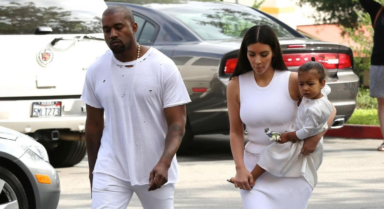 North West spaventata dai flash, vuol stare in braccio a Kim Kardashian
