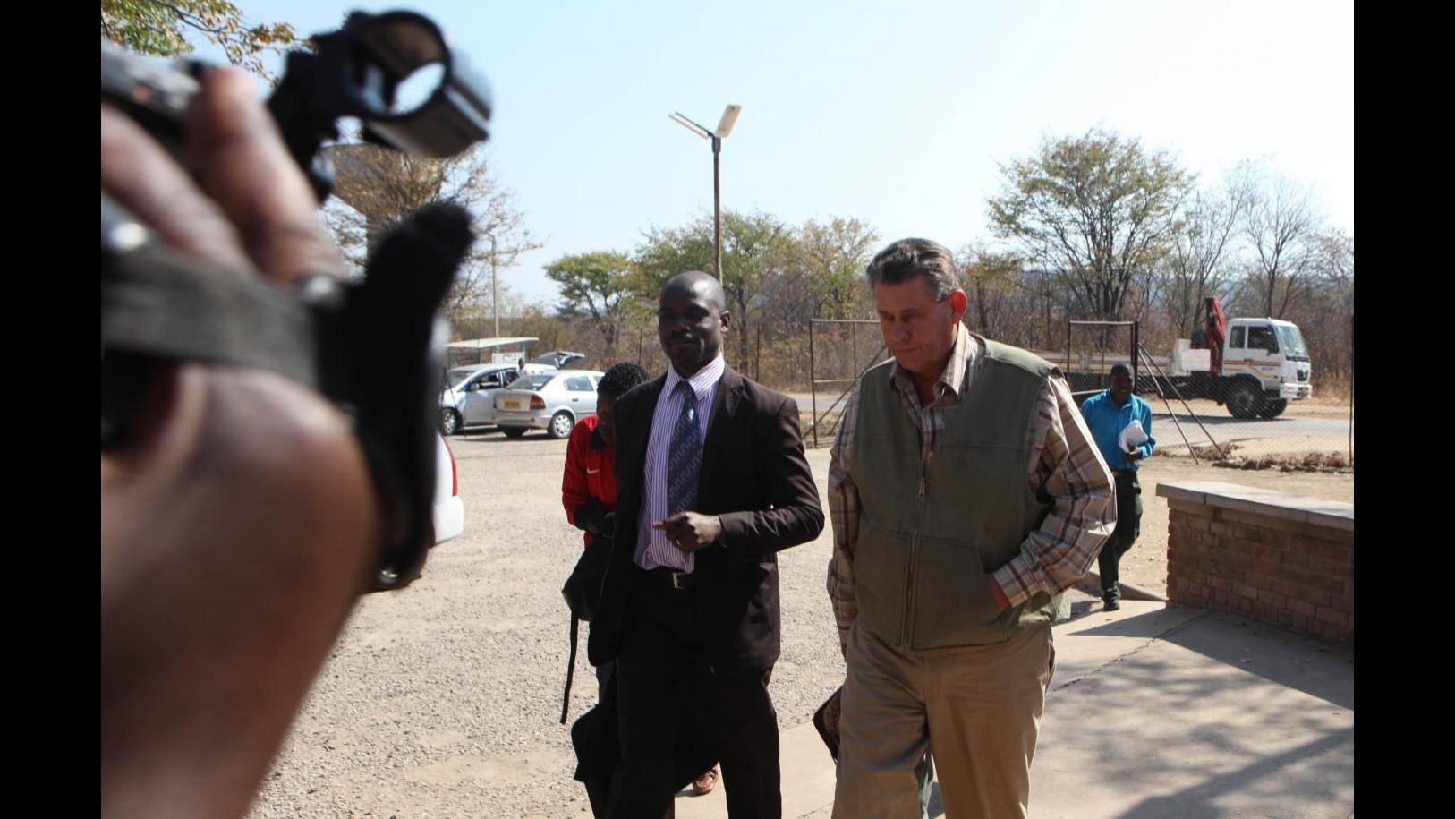 Zimbabwe, riapre studio dentistico dell'uomo che ha ucciso leone Cecil