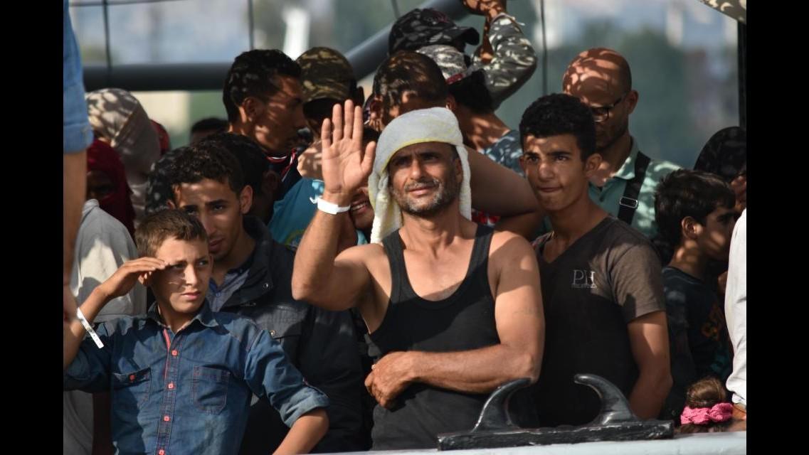Sbarcati i migranti soccorsi ieri dalla Marina: 49 persone morte asfissiate