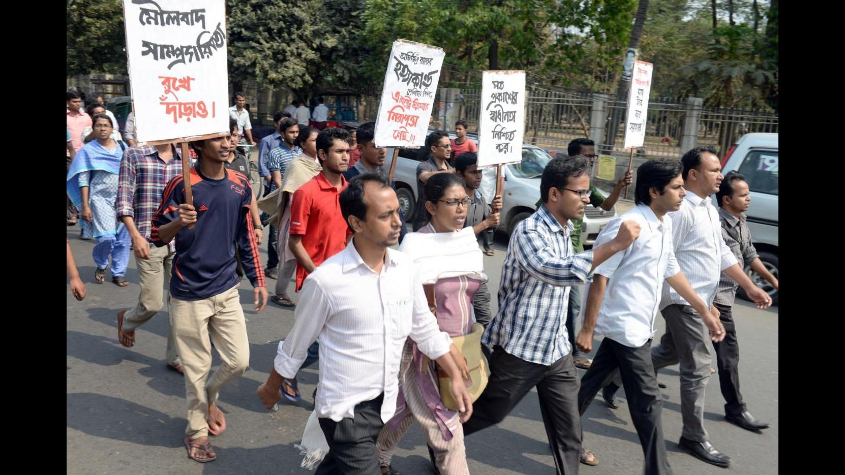 Bangladesh, un altro blogger laico ucciso a colpi di machete