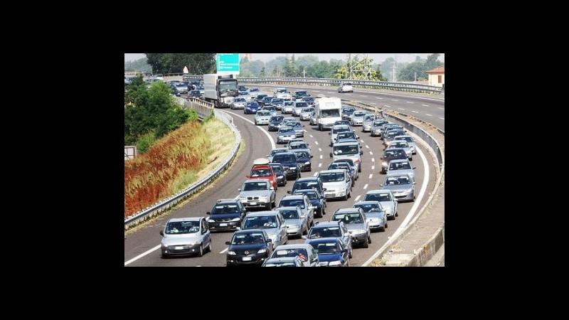 Via al maxi esodo d'estate, traffico intenso sulla A3. Al Nord maltempo e strade chiuse