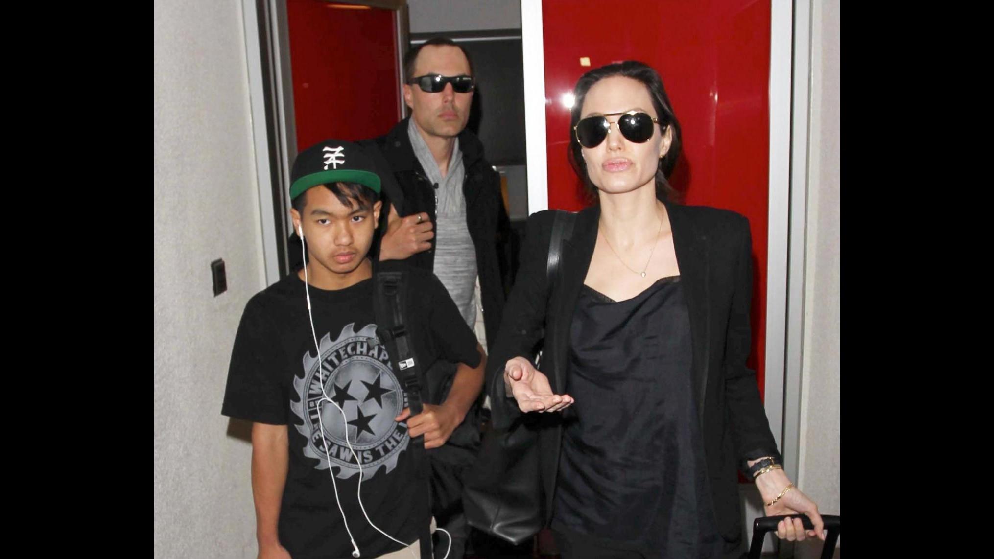 Jolie torna a Los Angeles dopo discorso a Onu,con lei il figlio Maddox