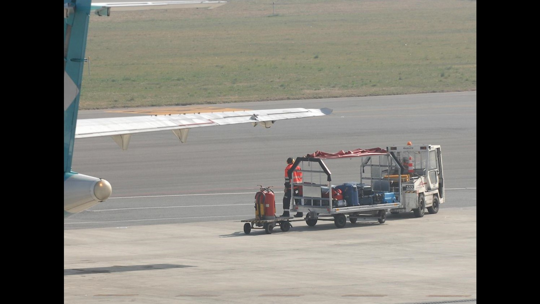 Usa, addetto bagagli si addormenta in stiva aereo: atterraggio emergenza