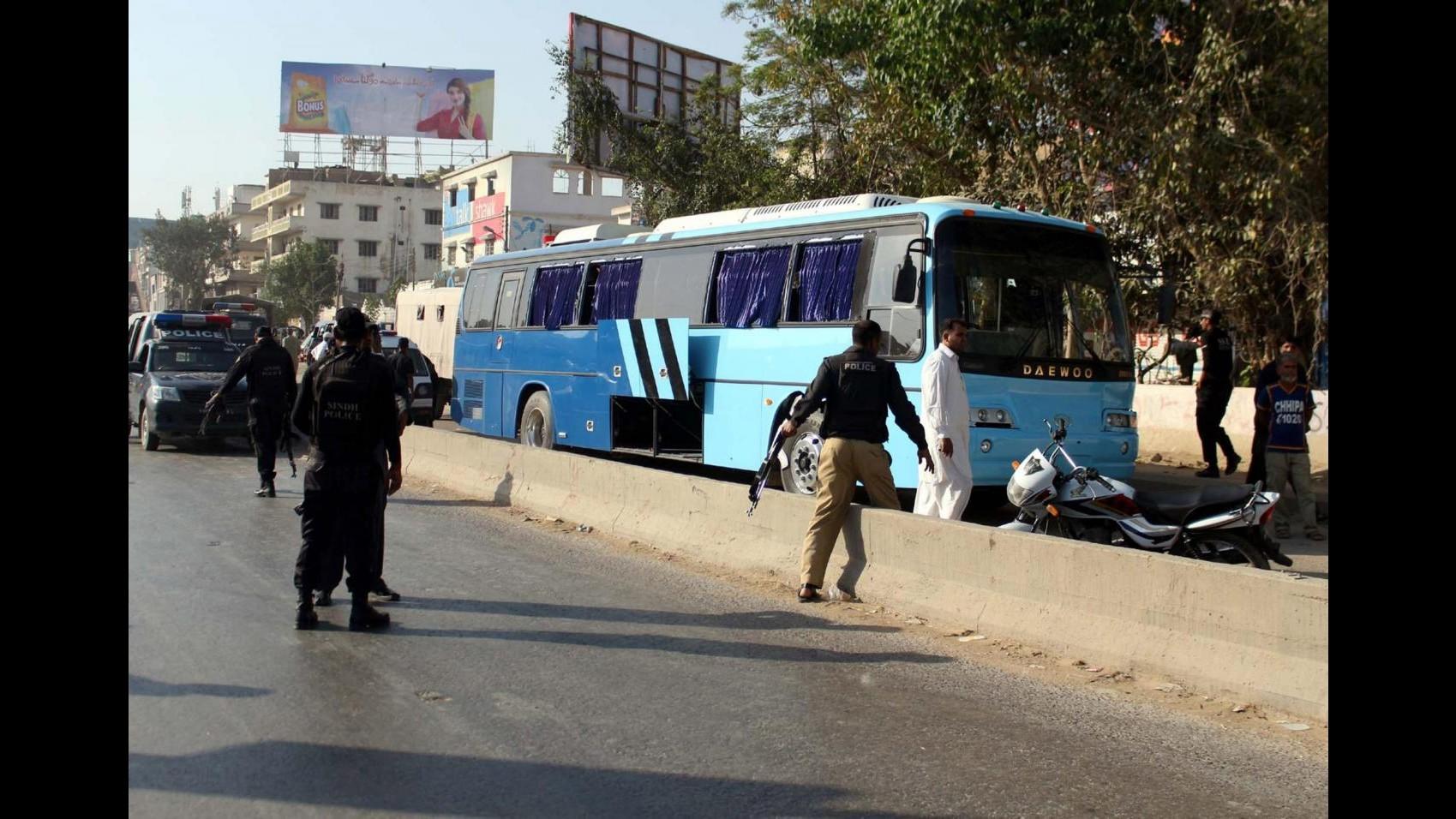 Pakistan, spari contro bus di sciiti a Karachi: almeno 41 morti