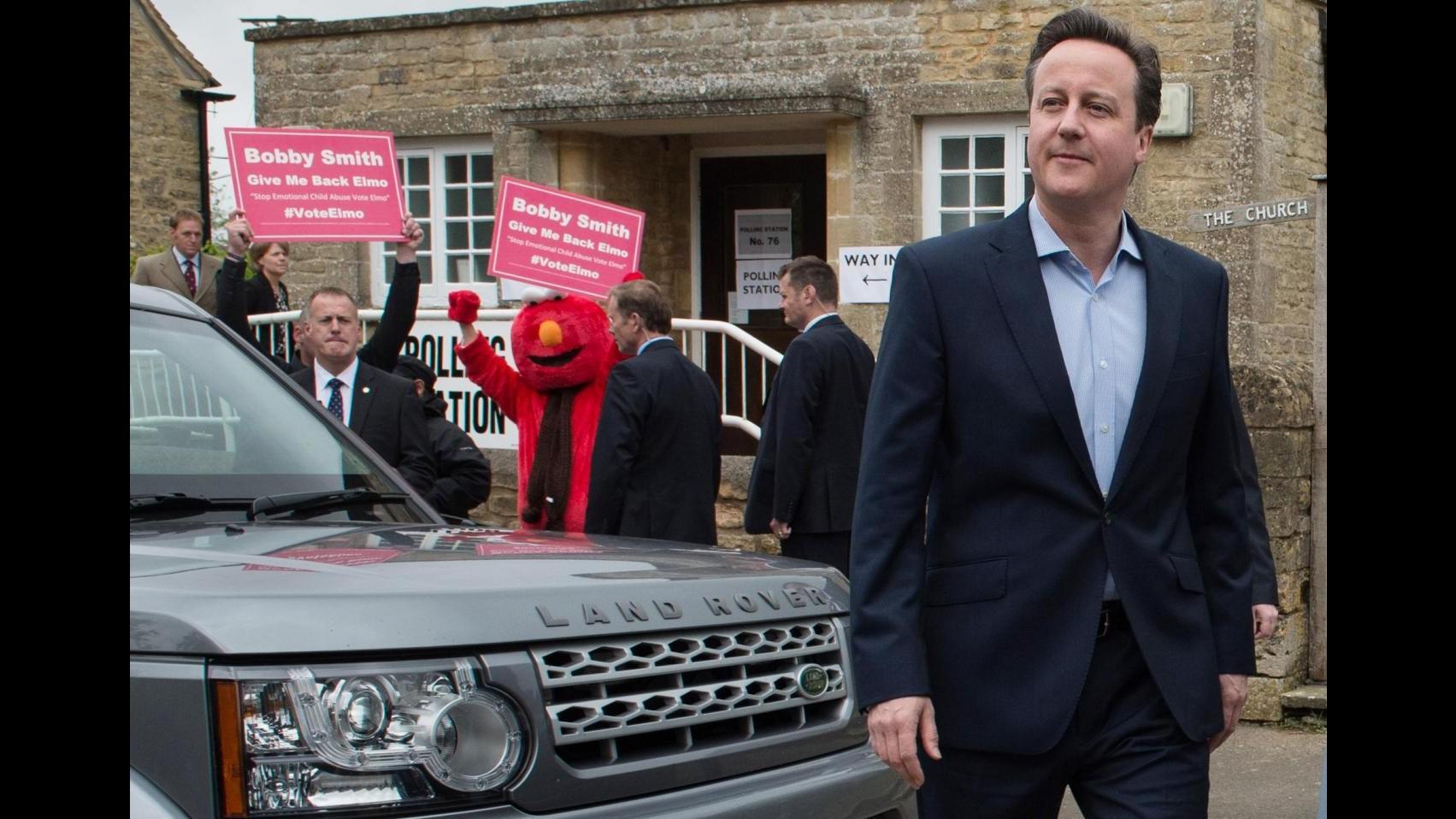 Regno Unito, exit poll: Cameron in testa con 316 seggi, ai Labour 239