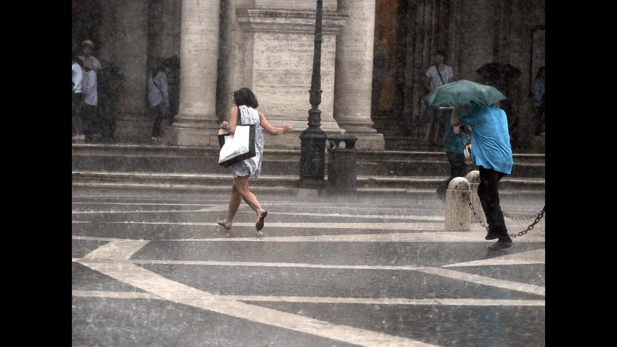 Nubifragio su Roma: albero su auto, donna ferita lievemente