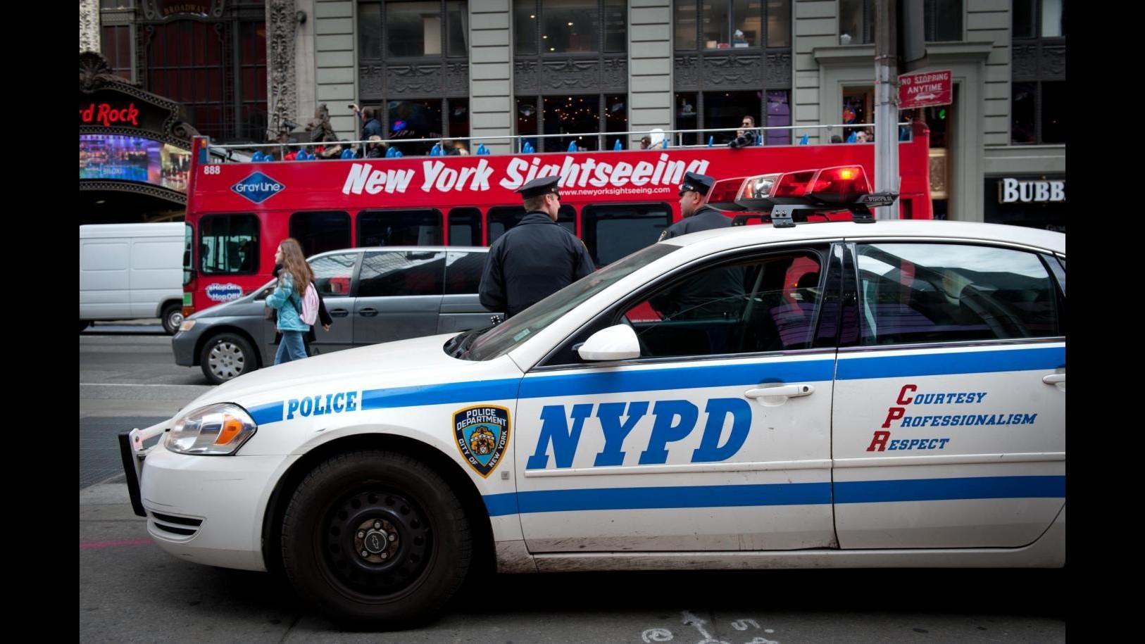 New York, spari contro poliziotti nel Queens: un agente ferito