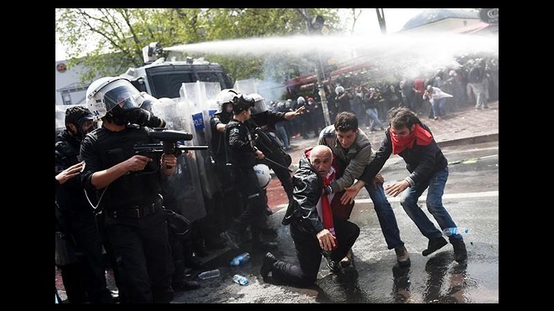 Primo maggio, scontri a Istanbul: polizia usa lacrimogeni