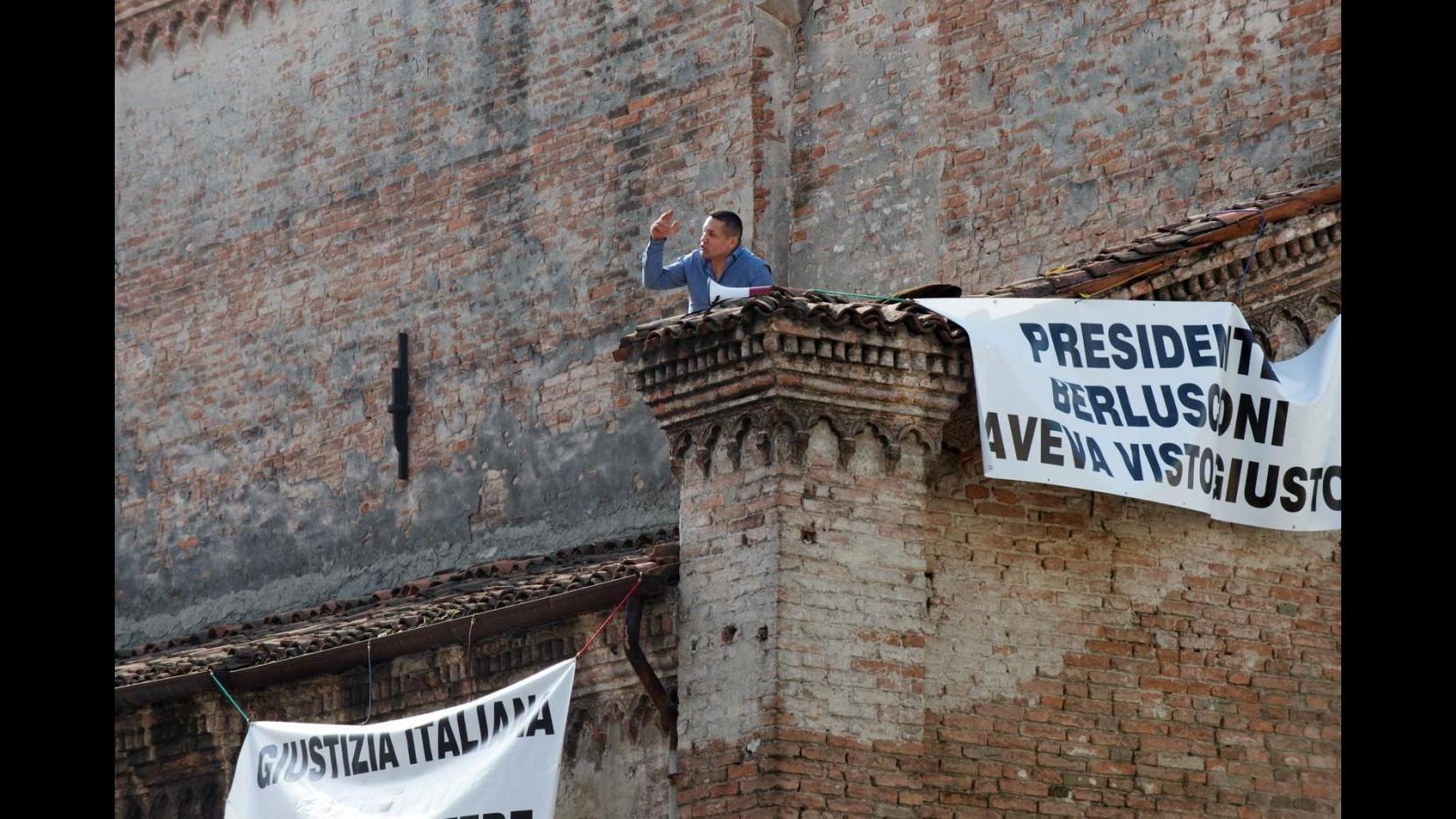 Mantova,si arrampica su tetto di una chiesa: Pronto a stare qui giorni