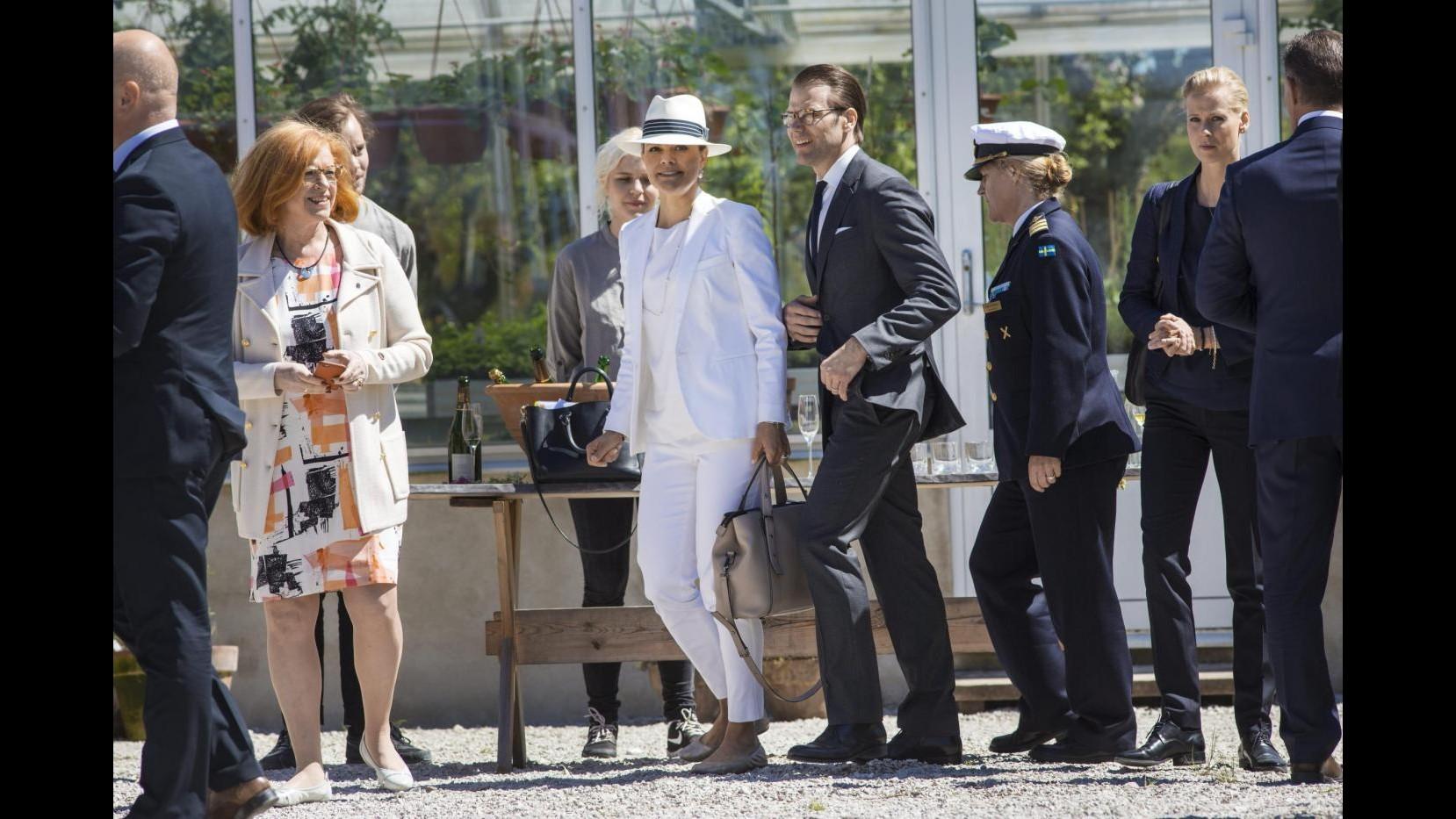 Svezia, principessa Victoria abbagliante in tailleur bianco a Gotland