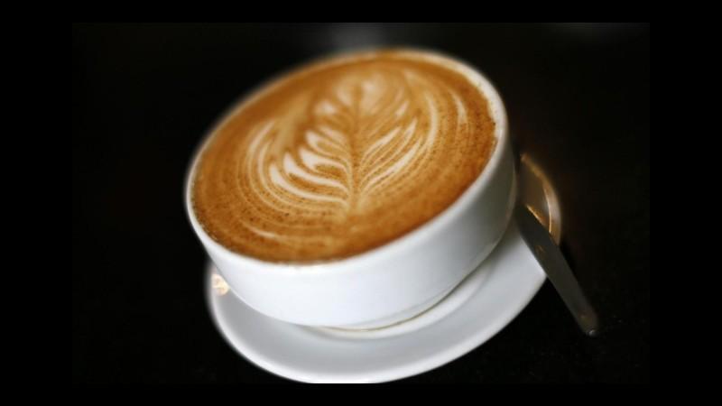 Studio Ue: 5 caffè al giorno non fanno male, in gravidanza concesse due tazzine
