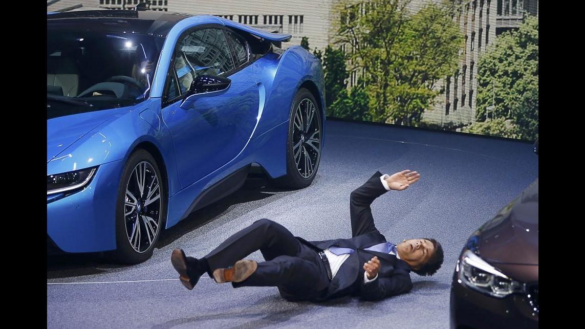 Bmw, ceo Krueger sviene durante presentazione modelli a Francoforte