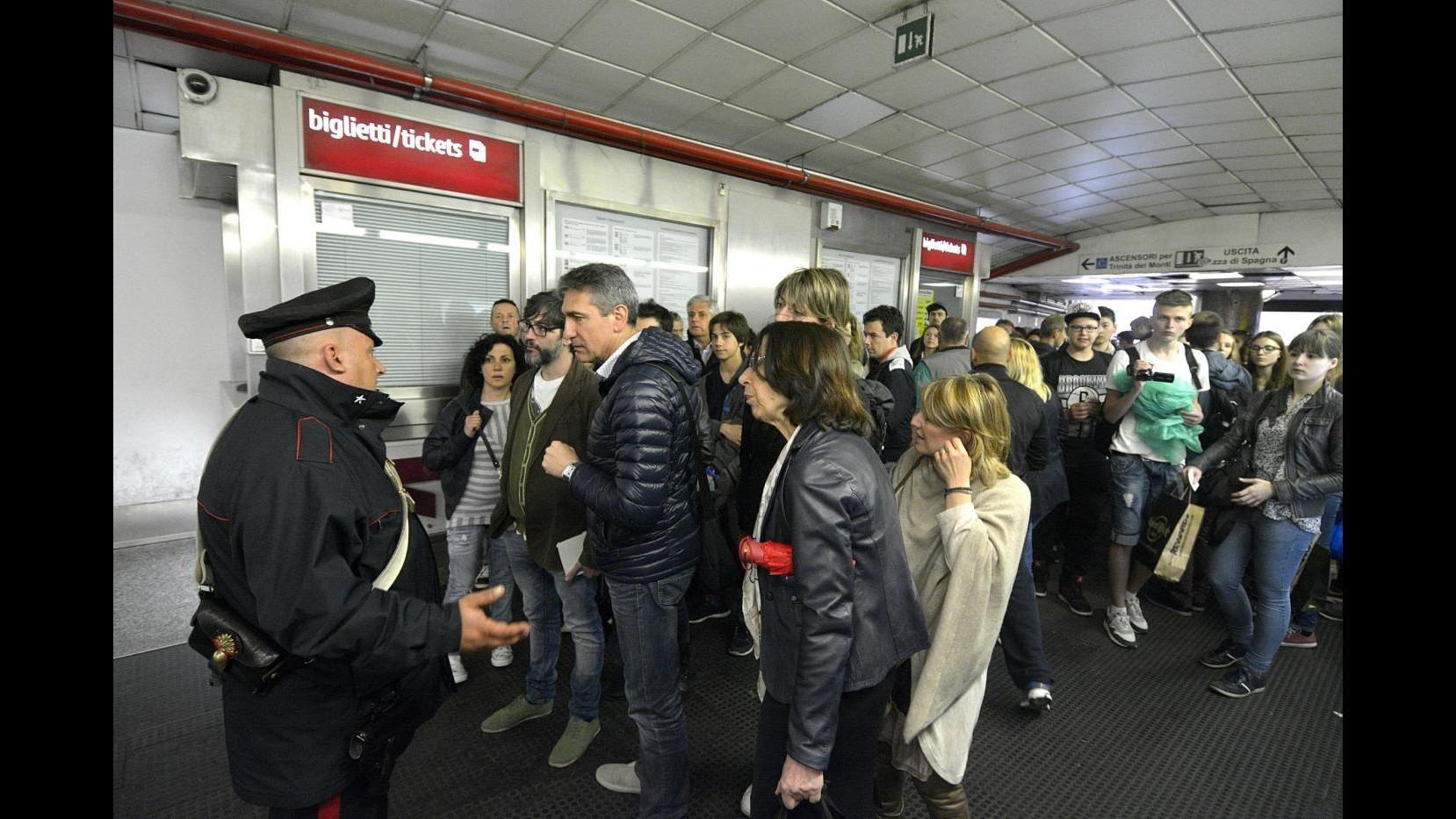 Roma, cede il controsoffitto della metro a piazza di Spagna: riaperta la linea