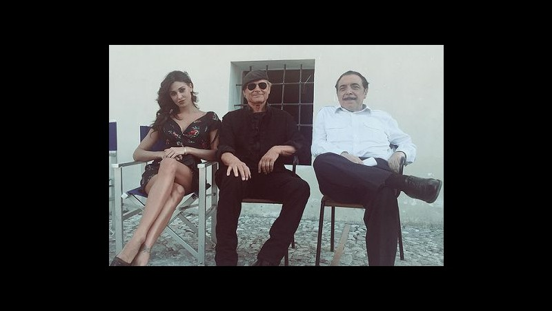 Tv, Belen sul set di 'Don Matteo': l'abbraccio con Terence Hill