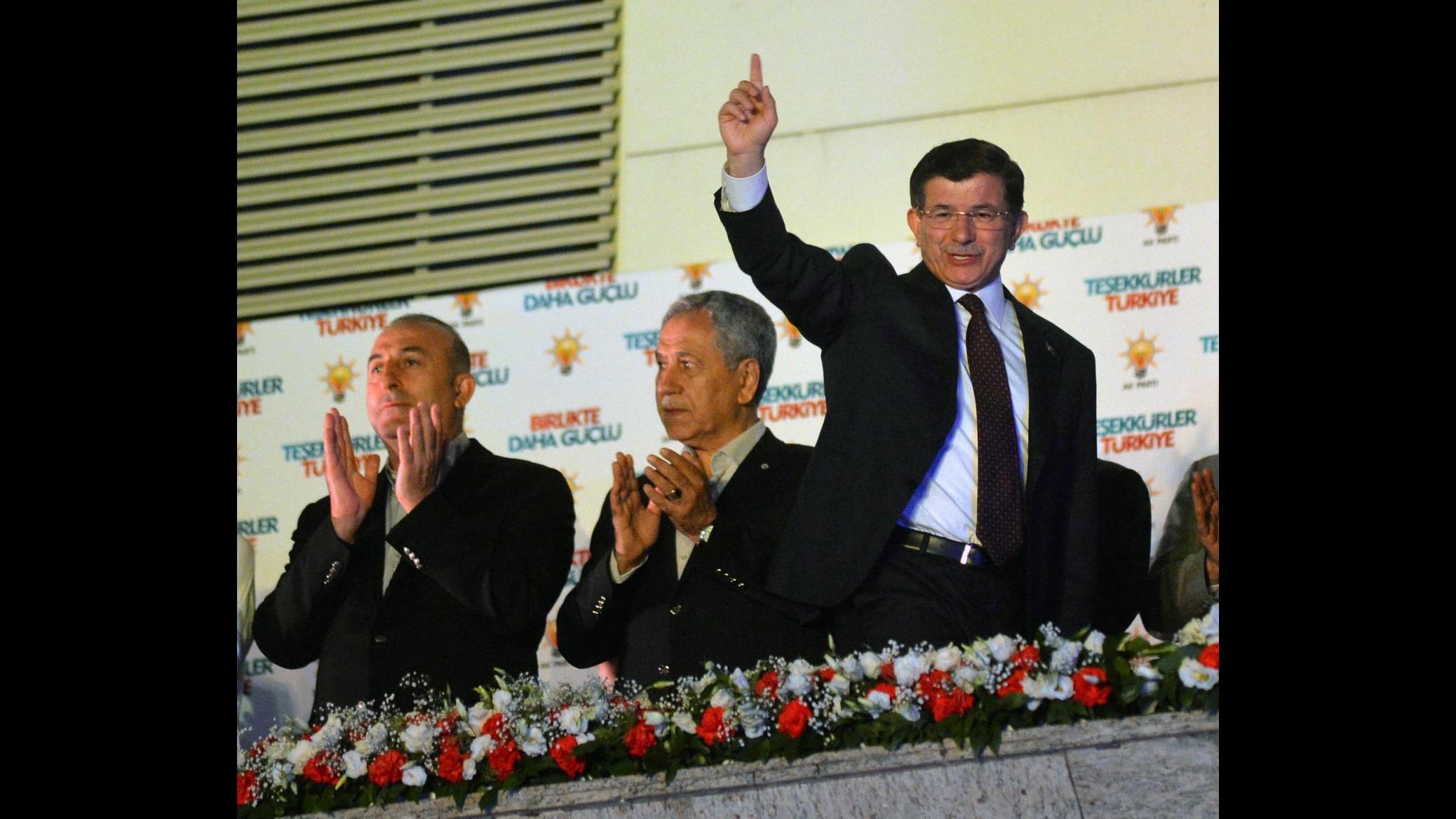 Elezioni in Turchia, Akp: Esclusa alleanza con Mhp, governiamo da soli