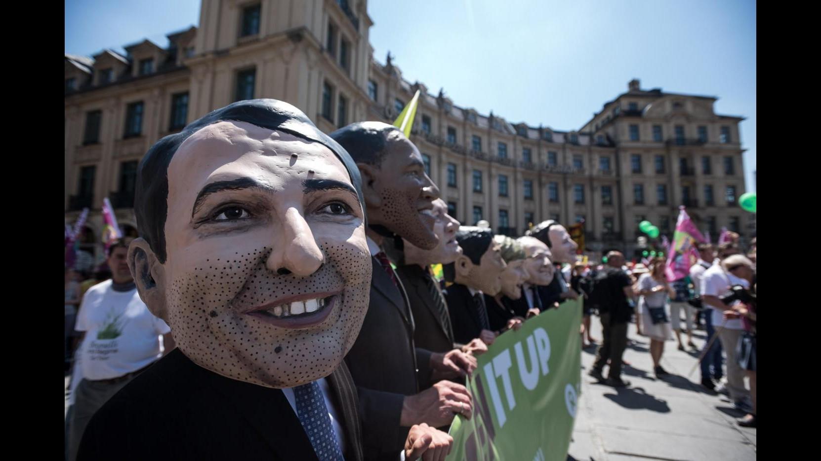 Attivisti marciano in centinaia a Monaco di Baviera contro il G7