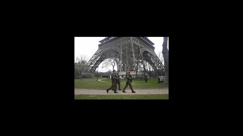 Francia, allarme intruso sulla Torre Eiffel. Il monumento chiuso al pubblico