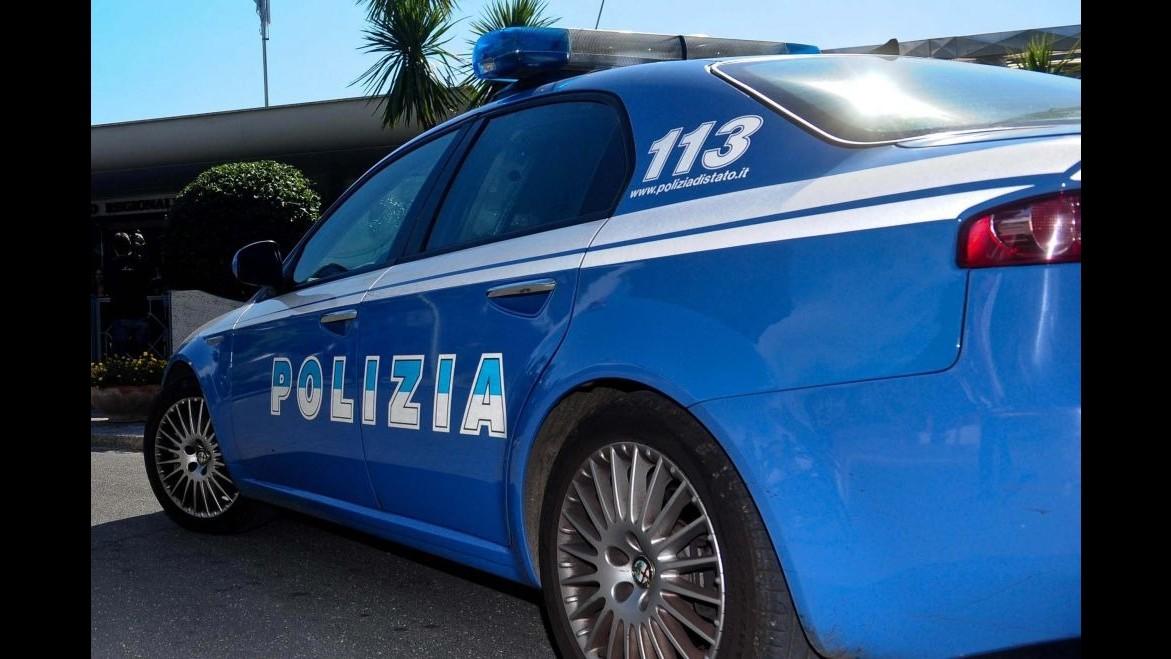 Ancona, lega al letto e picchia la compagna: arrestato