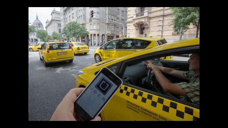 Francia, tassisti contro UberPop bloccano aeroporti di Parigi. Coinvolta anche Courtney Love