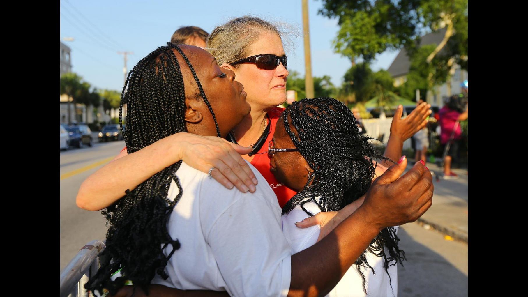 Charleston, la governatrice: Via la bandiera confederata. E  Wal-Mart smette di venderla