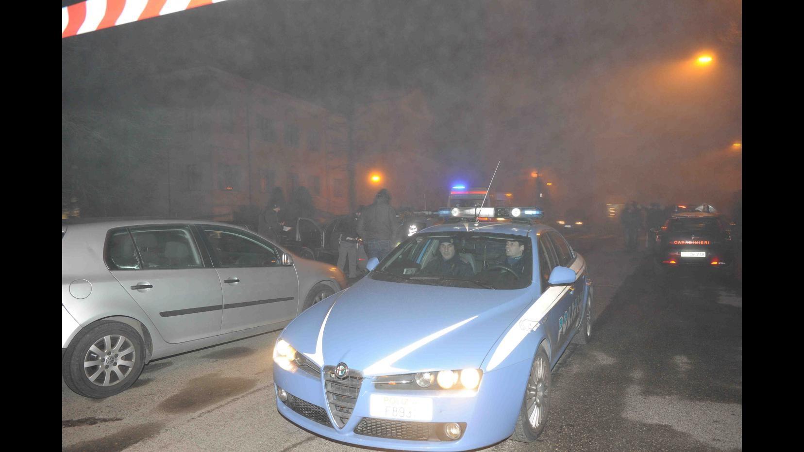 Roma, lancia sasso su auto in corsa, salvato da linciaggio: arrestato