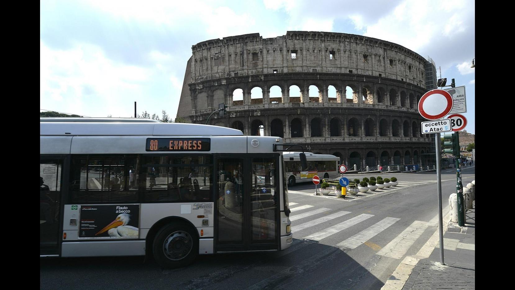 Roma, sfonda la porta dell'autista: altra aggressione sui bus pubblici