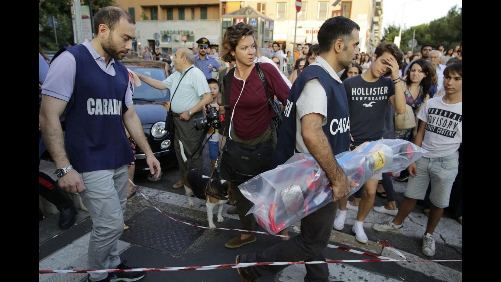 Roma bimbo morto in metro 3 denunciati Fiori davanti all ascensore