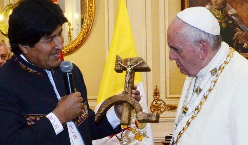 Papa in Bolivia, governo Morales difende la croce su falce e martello