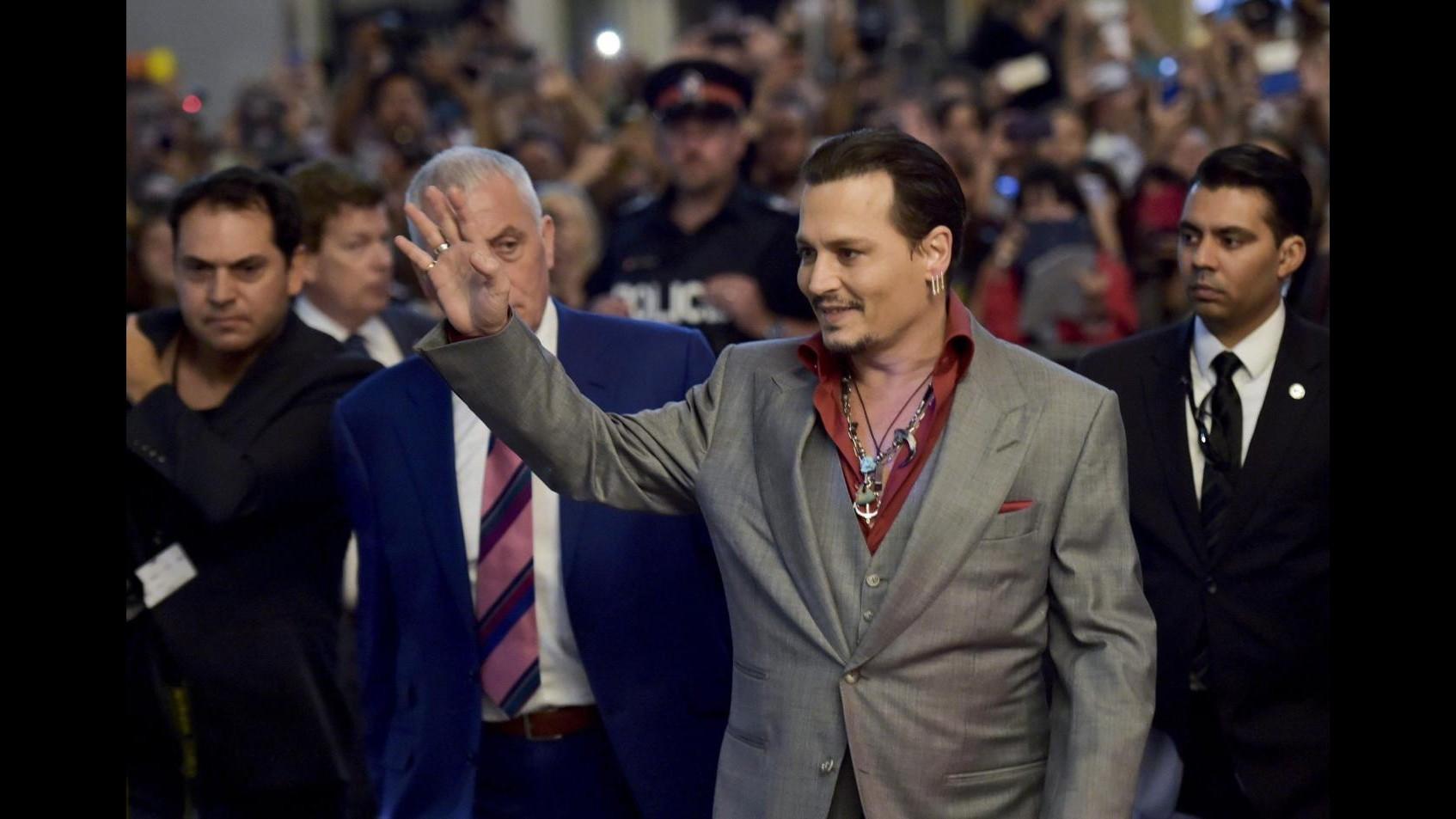 Johnny Depp 'ladro' di microfoni sul red carpet di Black Mass