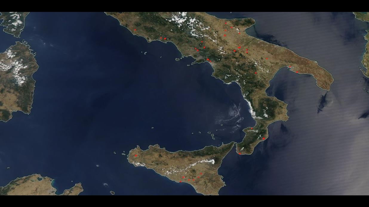 Novanta incendi divampati in tutta Italia Campania e Calabria le regioni più colpite