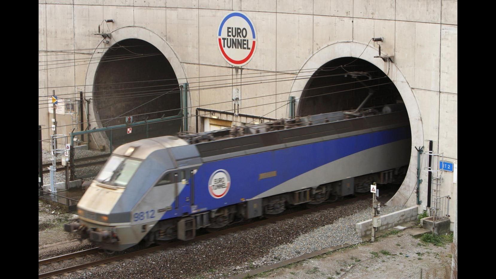 Migranti, in 600 bloccano traffico merci in tunnel della Manica