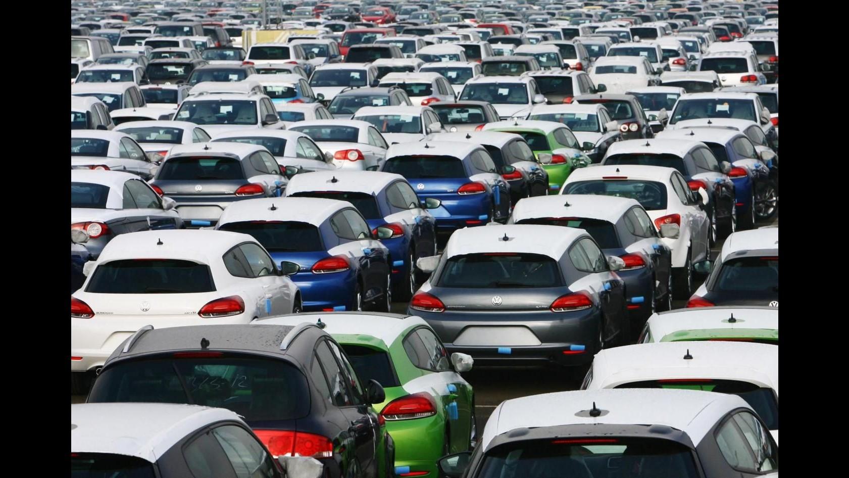 Volkswagen blocca vendita nuove auto con software trucca-emissioni