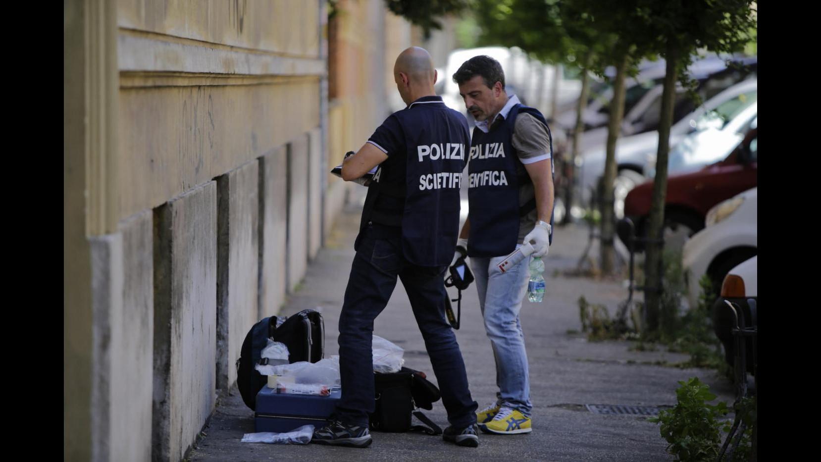 Livorno, distrae le commesse con il figlio e ruba gioielli: arrestata