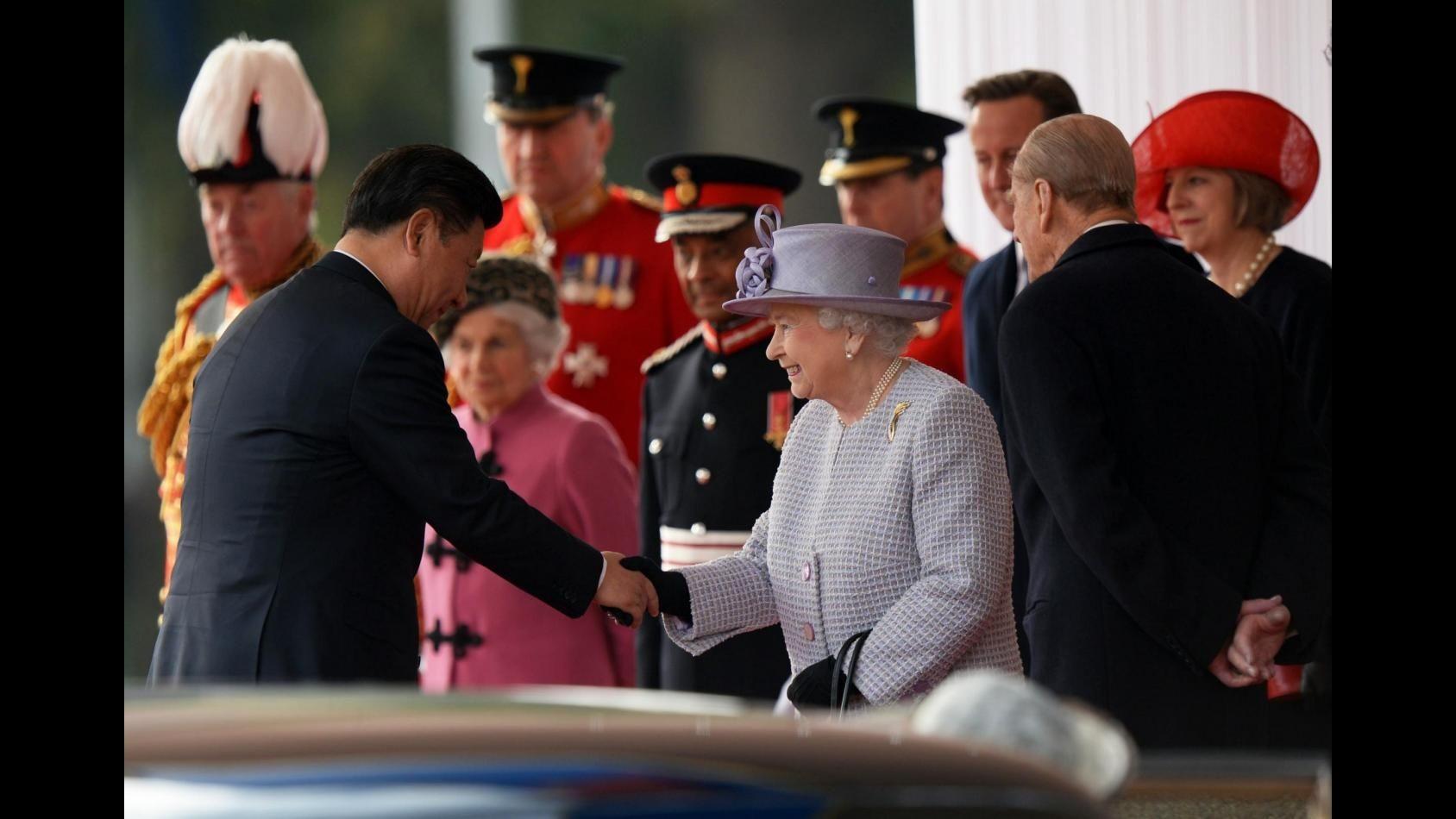 Londra, presidente cinese Xi a Buckingham Palace su carrozza dorata