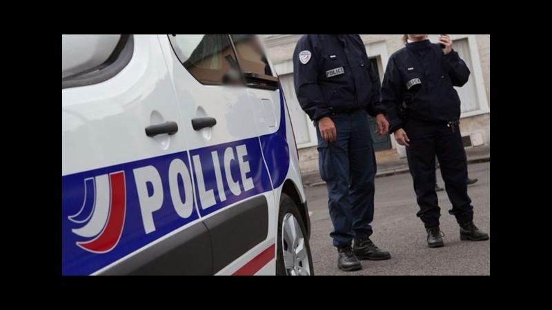 Irruzione armata in un centro commerciale a Parigi: tre persone ricercate