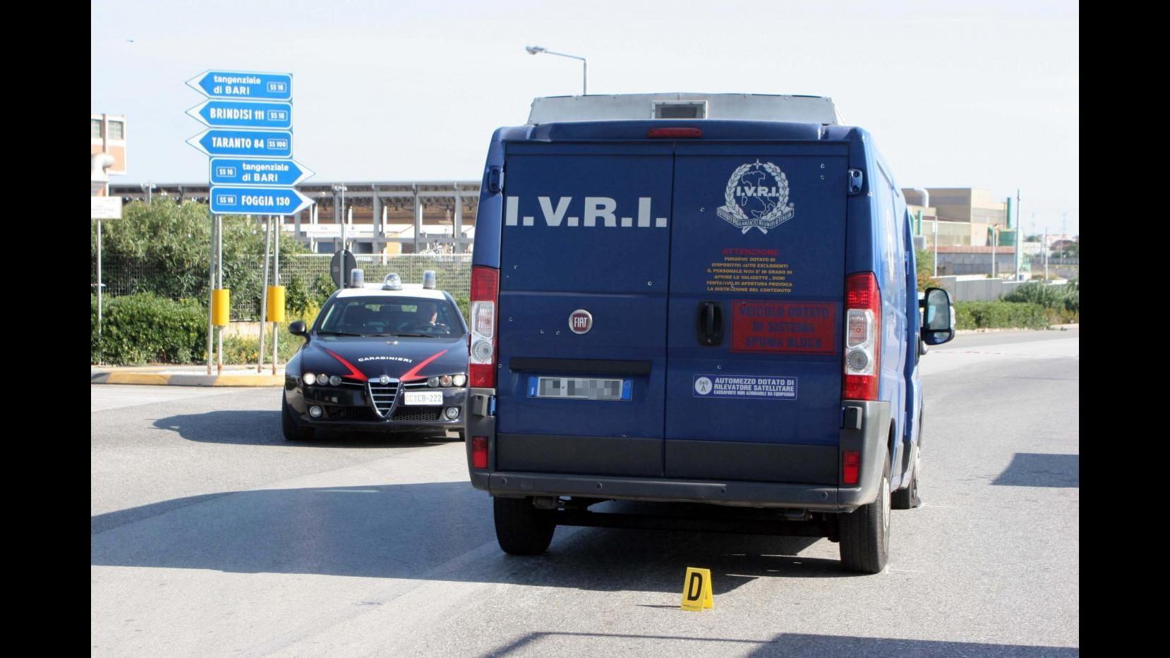Bari, banditi assaltano armati un portavalori: spari e auto incendiate in strada