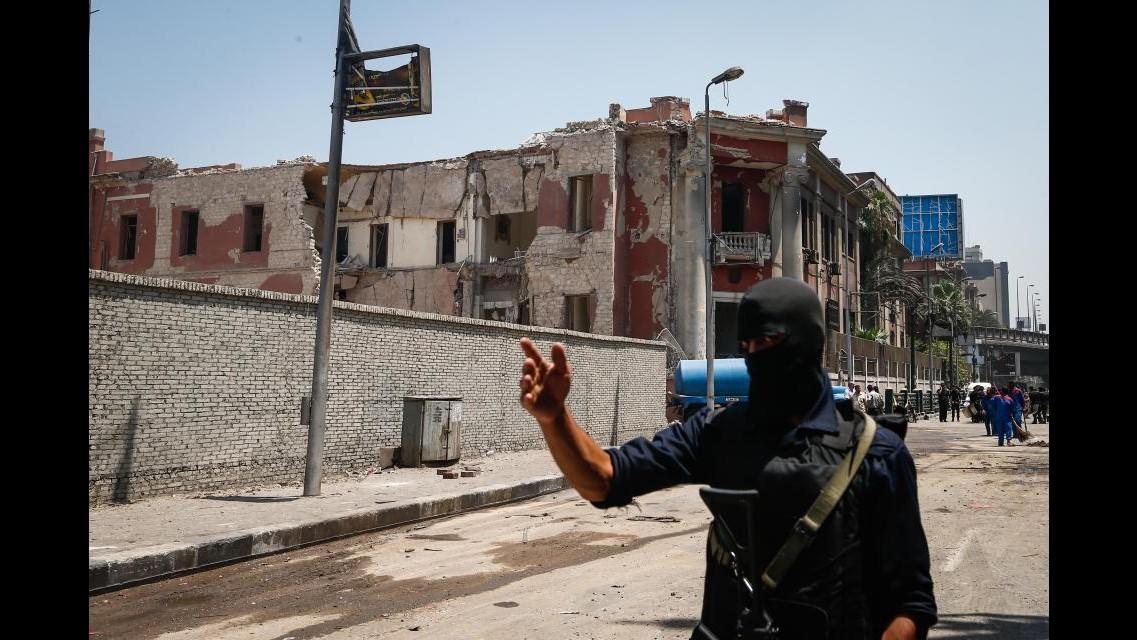 Autobomba al consolato italiano al Cairo: un morto. L'Isis ha rivendicato l'attentato