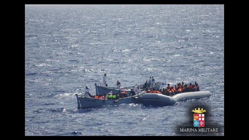 Migranti, Marina soccorre gommone: 8 corpi senza vita, 113 salvati