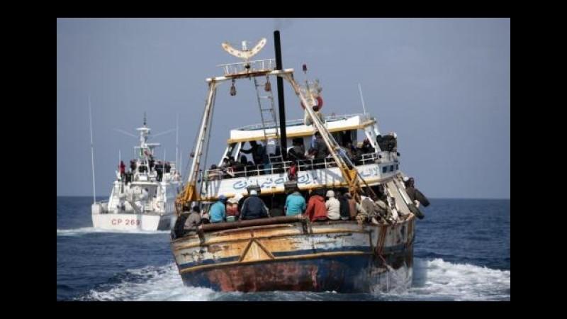 Grecia, nave si arena nell'Egeo: evacuati 239 passeggeri