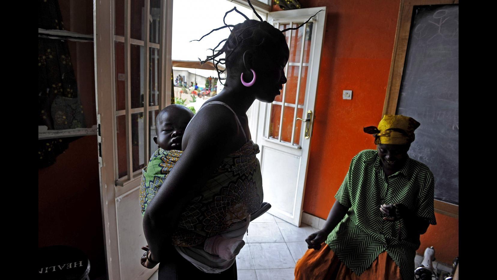 Sierra Leone, scuola vietata a ragazze incinte: esaminate in pubblico